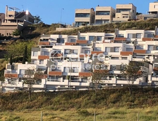 Moderna casa en la ladera del Serrallo .