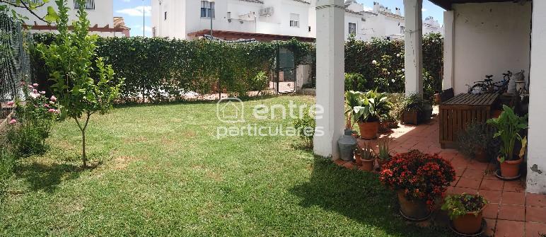 Casa pareada con jardín en urbanización privada