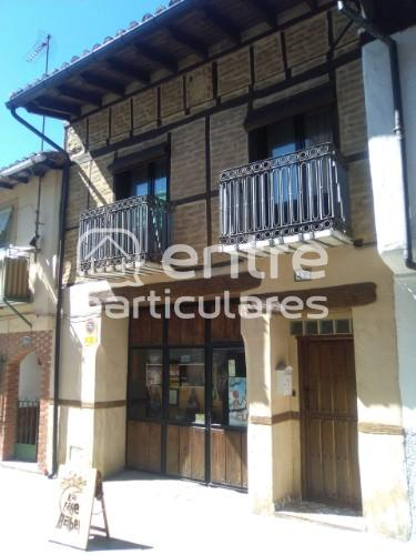 Vivienda rural con gran local comercial