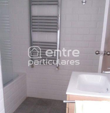 Baño grande lavabo bañera radiador toallero