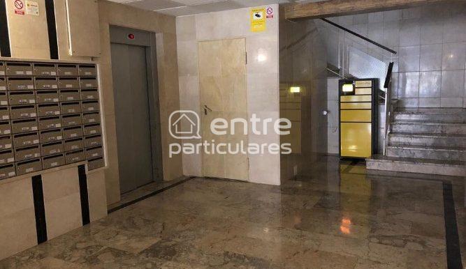 Entrada edificio ascensores y buzones