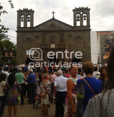 Plaza ext iglesia gente