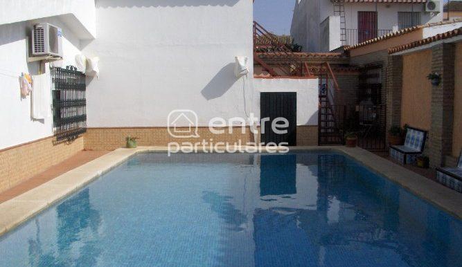 vista piscina y apartamento fondo