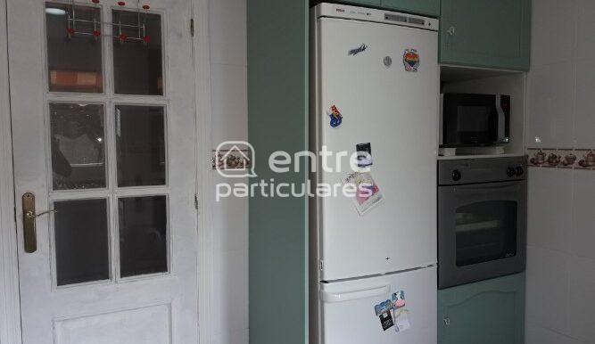 4 cocina puerta con nevera