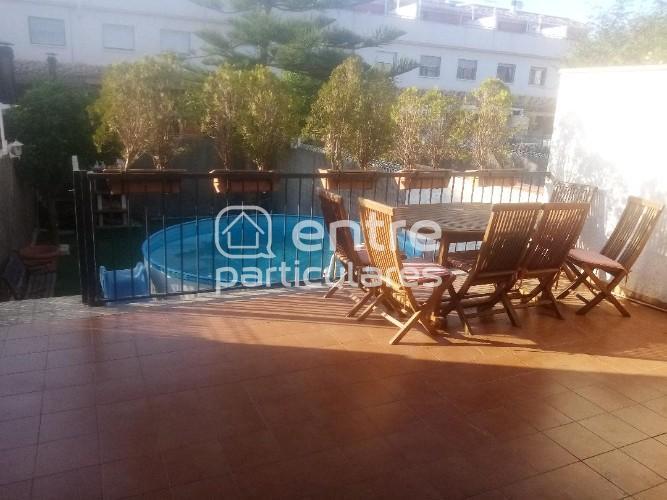 dúplex con jardín privado y piscina